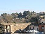 Desde el balcon se ve la puerta del Vado en la muralla y el Castillo de San Serbando al fondo.
