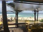 A praia da Barra é uma das mais bonitas da cidade e tem muitos quiosques.