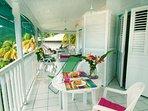 on peut ouvrir la cloison entre appart.et studio,on obtient une vaste terrasse et 7 couchages.