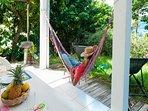 faire la sieste dans un hamac avec vue sur la mer des caraïbes, écouter le chant des oiseaux,le rêve