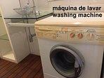 A máquina de lavar roupa fica no banheiro N.2