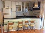 Cozinha completa equipada com espaço para refeições: mesa com 4 cadeiras.  apartamento Studio.