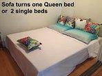 O sofá pode virar uma cama de casal.