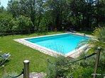 La piscina a completa disposizione degli ospiti immersa nel verde