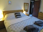 The main bedroom has an oak king size bed with quality high count pocket-sprung mattress