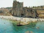 spiaggia con castello Roseto