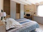 La chambre du rez de chaussée avec lit de 140 par 190