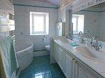 Salle de bain à l'étage comprenant WC, 2 vasques, baignoire et cabine de douche