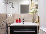 Moderno y amplio baño