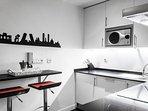 Cocina con barra y asientos para desayunos o cenas rápidas