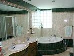 Baño con idromasaje y ducha