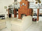 Sala confortável com lareira aconchegante