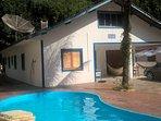 Fachada da casa junto a piscina