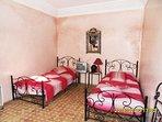 chambre tadelack rose ajout lit bébé ou matelas au sol pour une personne supplémentaire