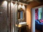 One of Villa Mandorlo's  bathrooms