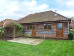 LODGE, open plan, woodburning stove, WiFi, in East Harling, Ref 950855