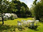 L'espace pour goûter dehors dans le jardin près du filet de badminton.