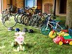 Les vélos et trotteurs pour adultes et enfants de tous âges.