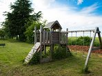 La tour de jeux pour enfants dans le jardin.