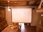 Possibilité de faire des projections sur grand écran blanc (matériel de projection non fourni).