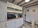La cuisine ,micro onde , frigo, congélateur,ect