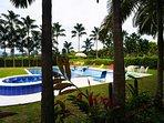 piscina con playita y jacuzzi de agua caliente para 12 personas