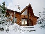 Chalet Loma: façade sud, sous une couche de neige fraîche