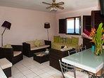 table de salle à manger-bureau, salon vue mer, ventilateur, TV TNT, WIFI.