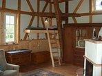 Hochbett 'Schwalbennest' - bei Kindern beliebt und kunstvoll zwischen den Balken eingebaut