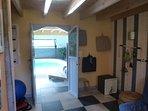 La salle de fitness communique directement avec la piscine