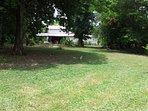 Une grande pelouse où les enfants pourront s'amuser à loisir