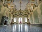 Grand salon with original fresco's and arches