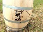 Unser Weinlofts-Fass als Wegweiser am Straßenrand