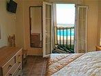 Dormitorio principal con tv y aire acondicionado