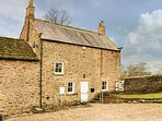 EAST FARMHOUSE COTTAGE, multi-fuel stove, lawned garden, WiFi, in Humshaugh