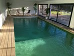 Piscine intérieure chauffée 28° minimum toute l'année, 9x4m, avec nage à contre courant.