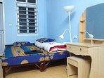 La petite cambre avec un lit DBL