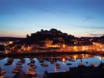 Torquay harbour with its bars, cafes and restaurants is only a 6 or 7 minute walk from apartment.