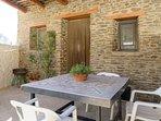 Patio con tinao de piedra/madera para desayunos, meriendas, barbacoas y cenas al aire libre