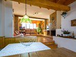 Salón muy soleado y con vistas a la sierra. Mesa  ideal para risas, juegos y confidencias