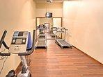 Allenarsi nella sala fitness.