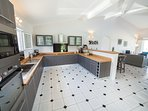 La cuisine, pièce centrale de la maison est fonctionnelle et entièrement équipée