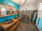 La salle d'eau attenante, double vasque, douche à l'italienne et WC