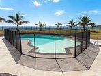 La piscine est protégée par une barrière de sécurité, conformément à la loi