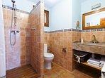Baño con ducha, secador de pelo. Jabón de mano