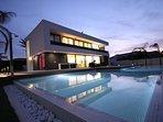 villa con piscina y puesta del sol