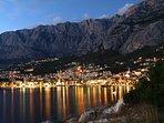 Makarska bei Nacht