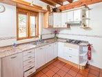 Imagen de la amplia y soleada cocina