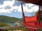 Votre chaise hamac est un observatoire imprenable sur le village de Deshaies, la mer et les bateaux