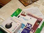 Facsimile Kit di benvenuto: mappe, cartine, guide, istruzioni, e snack o dolcetti dolci e salati.